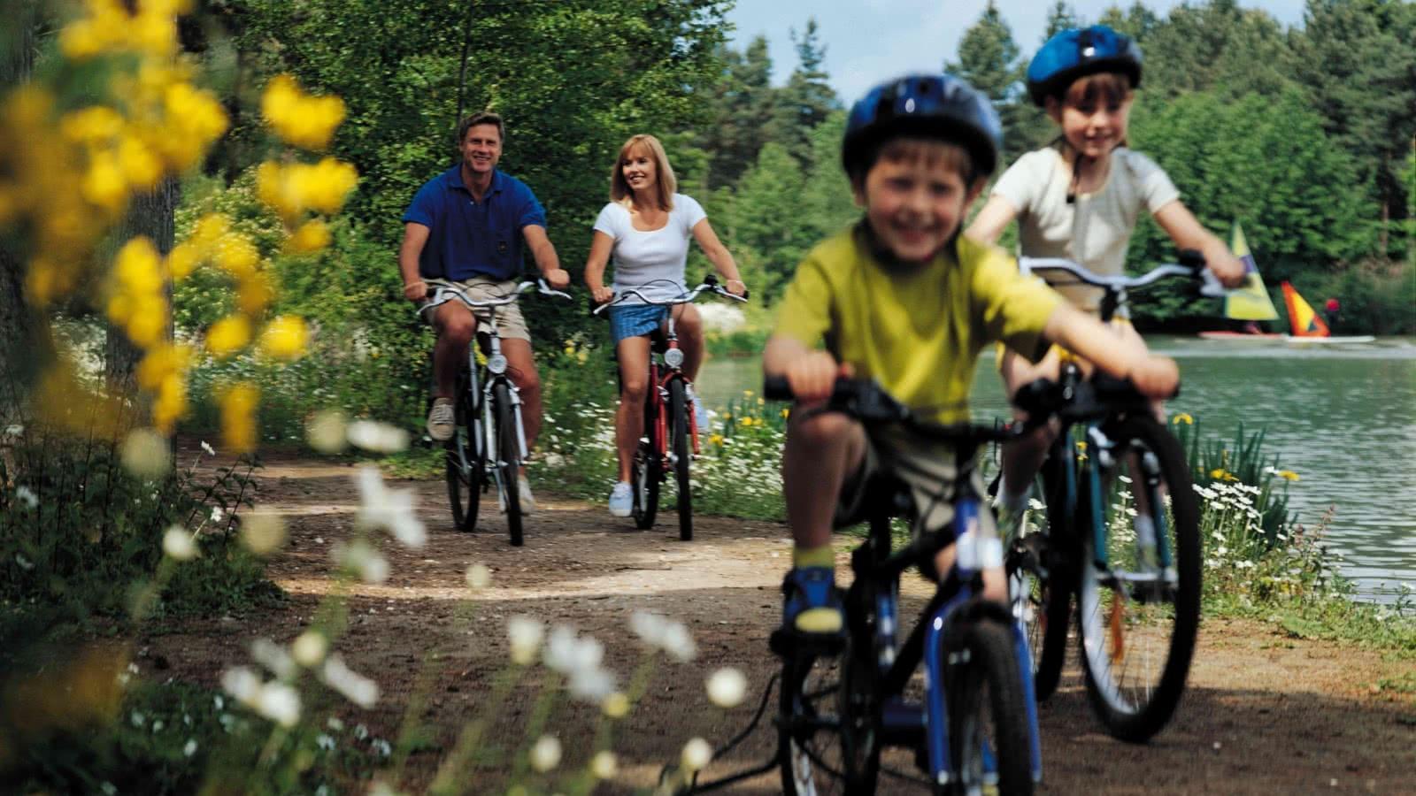 Center Parcs - Chaumont sur Tharonne - Famille a vélo© CDT 41