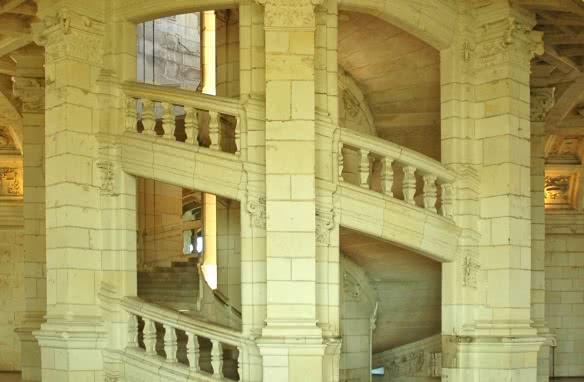 Escalier à double révolution du château de Chambord inspiré par Léonard de Vinci - Vacances géniales en Loir-et-Cher Val de Loire ©LDSCHAMBORD