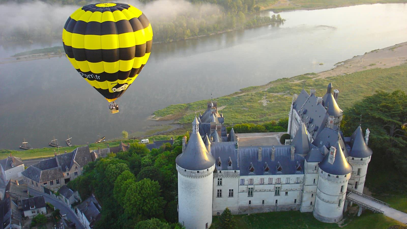 Vol en montgolfière au-dessus du château de Chaumont-sur-Loire - Vacances insolites en Loir-et-Cher Val de Loire ©Aerocom