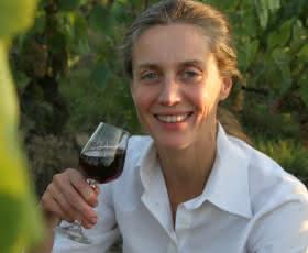 Laura Semeria sorriso bicchiere - Le Domaine de Montcy - Les vins au féminin du Loir-et-Cher en Val de Loire ©Domaine de Montcy