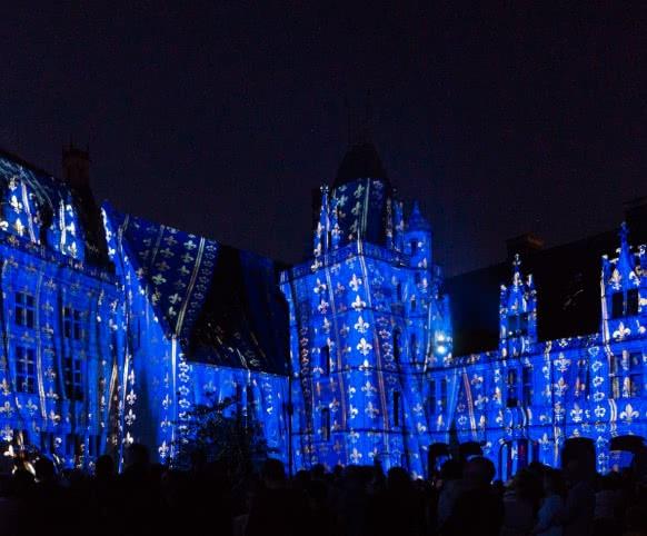 Visite des châteaux de la Loire de nuit -Son et lumière du château royal de Blois - Vacances en famille ou entre amis en Loir-et-Cher Val de Loire ©Cécile Marino