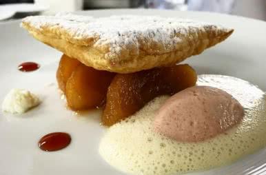 Millefeuille de pommes caramélisées comme une Tatin, crème glacée de coing ©heleneworldwine