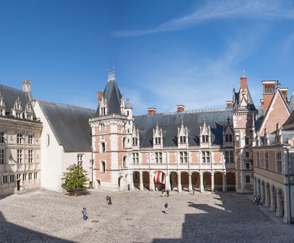 Cour du château royal de Blois - Vacances en Loir-et-Cher Val de Loire ©T. Bourgoin