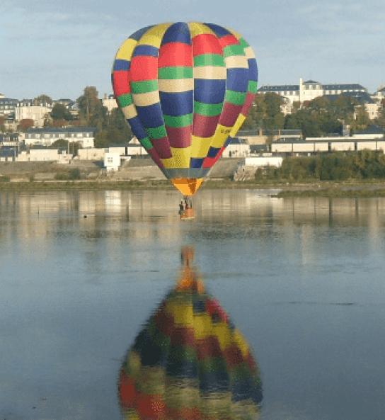 Autour de Blois - Découvrir Blois autrement - Vols en montgolfière autour du château de Blois ©Les Compagnons du vent