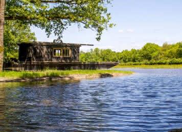 La cabane de Totoche une nuit insolite sologne sur le bateau du film l'école buissonière - Baignade en Loir-et-Cher ©Cyril-Chigot