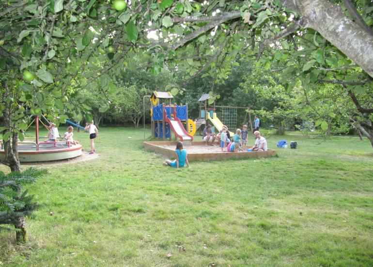 Camping nature ferme pédagogique de prunay Val de Loire jardin d'enfants