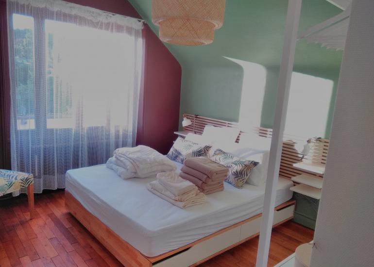 Chambre verte lit à faire