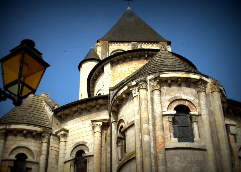 chevet-de-la-collegiale-au-coeur-de-la-cite-medievale-de-Saint-Aignan-
