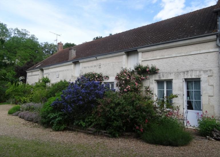 Devant-la-maison-d'hôtes-l'Atelier-du-Coudray-à-Villiers-sur-Loir