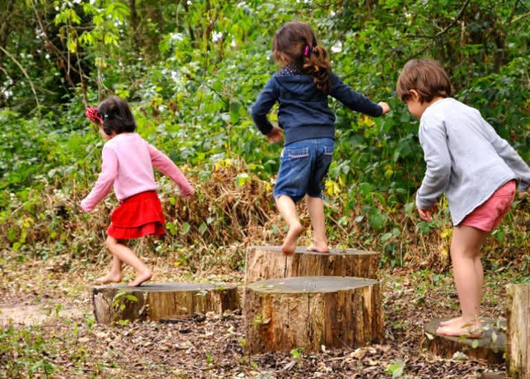Enfants-Sentier-Pieds-Nus-Loisirs-Loire-Valley