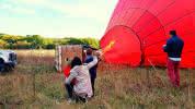 Famille regardant le gonflage du ballon