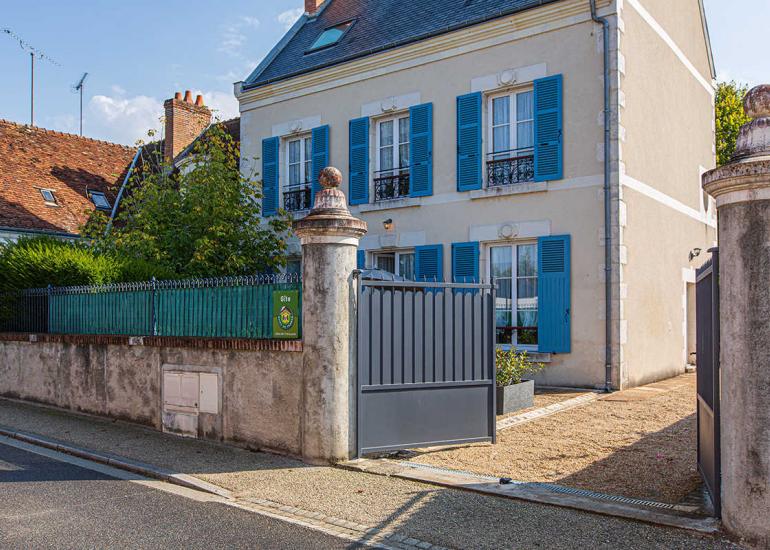 Les Volets Bleus Côté Cour_1