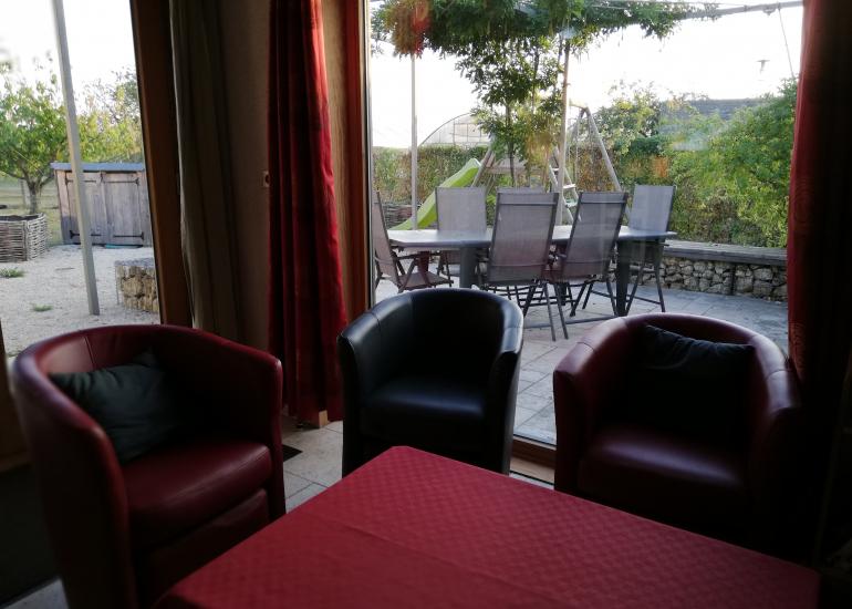 Harmonies-Gite-bioclimatique-salon-et-terrasse-jardin