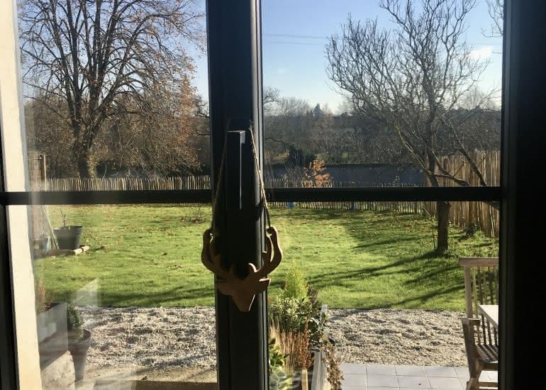 fenetre de la piéce principale donnant sur le jardin privatif