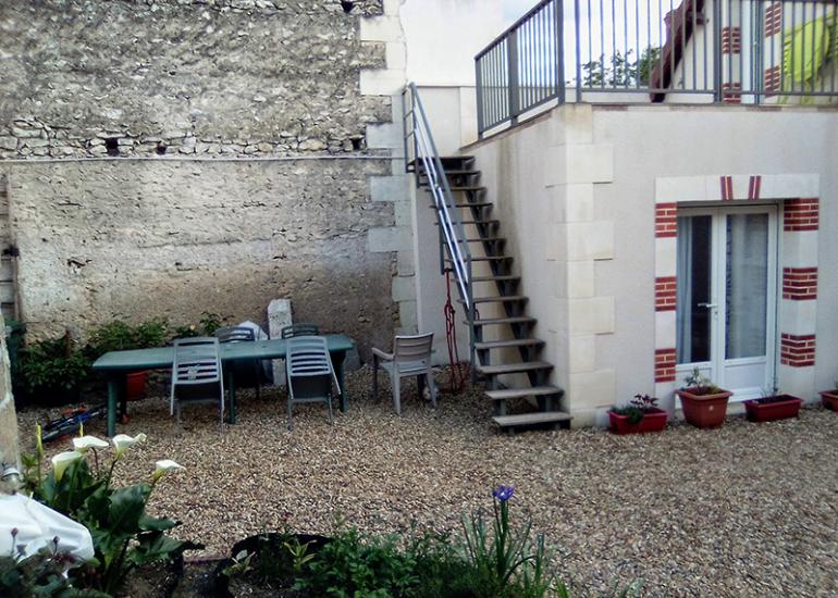 Espace jardin privatif avec table et chaises