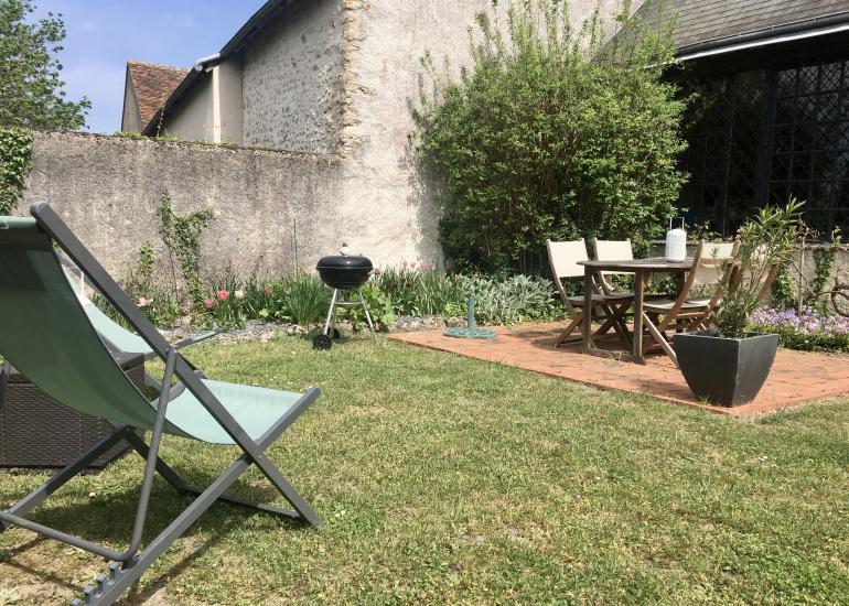 le jardin avec sa terrasse et mobilier