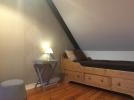 Le lit d'une personne dans l'alcove