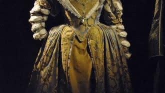 Présentation de costumes féeriques et historiques au château royal de Blois