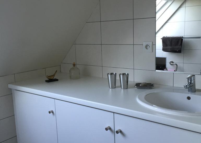 Salle de bains à l'étage des chambres