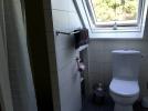 Salle de douche avec toilettes à l'étage des chambres