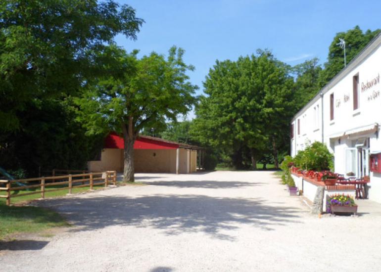 parking-+-aire-jeux---Hôtel-Restaurant-Gare-Onzain-web