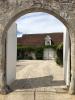 porche d'entrée donnant sur la cour