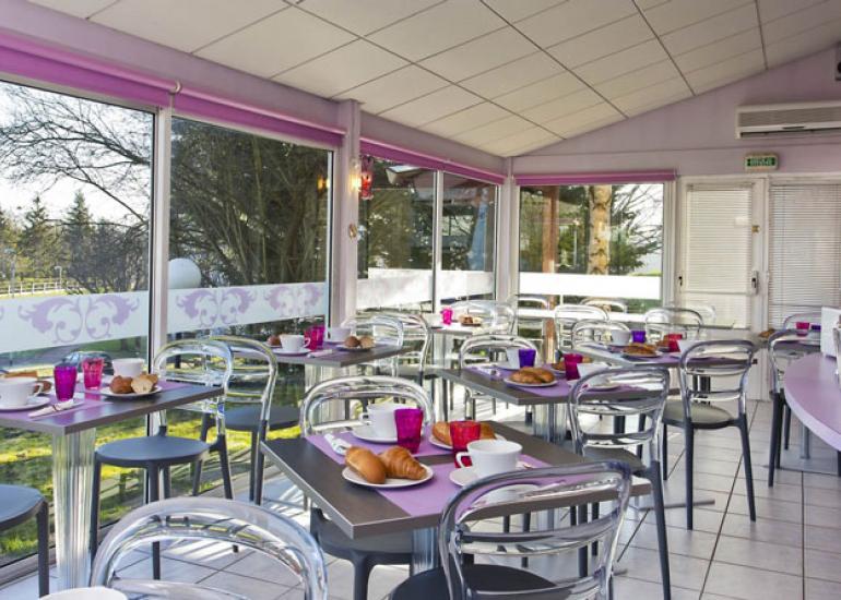 salle-petit-dejeuner-tour-hotel-la-chausse-st-victor