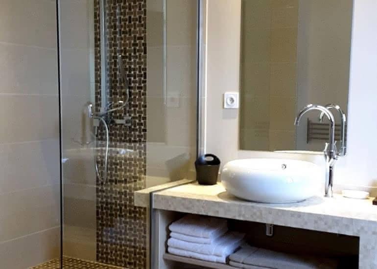 scarlet-shower-room