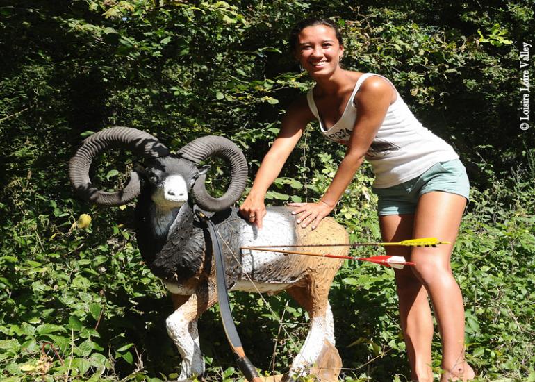 tir-a-l-arc-mouflon-fille-loisirs-loire-valley